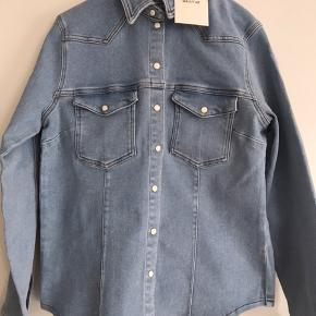 Cool denim skjorte, som kan bruges som en jakke. Den lille i str. Helt ny og med prismærke.