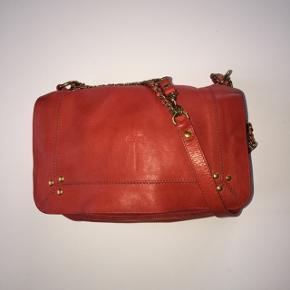 Super flot Jerome Dreyfuss taske i rød. Tasken er blevet brugt, men er i super god stand, skriv for flere billeder :-) kom med et bud :-) Mp omkring 2000  Køber betaler fragt, ellers kan jeg mødes i  Kbh ☺️