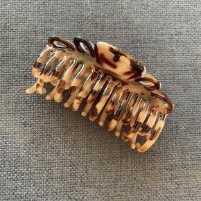 Fed hårklemme i brune nuancer med dobbelt gribe tænder. Ubrugt