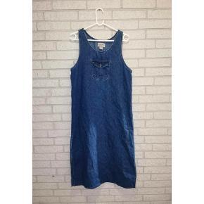 Super lækker vintage denim kjole fra 1970'erne med slids i siderne, samt lommer på brystet og ryggen. Fremstår i perfekt stand. Den kan kombineres med en sweater, hættetrøje eller flot skjorte inden under. Fits: xs-m. Pris: 229 kr. 🌸