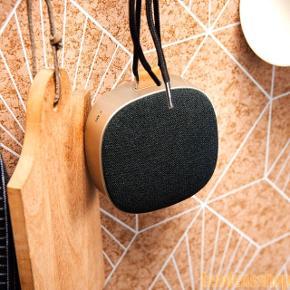 SACKit højtaler model WOOFit Go. Rigtig god lyd i en kompakt højtaler! Den er super at tage med på farten, på festival eller på ferie. Den er grå/sølv med sort front, og snoren sidder fast på en flot læderstrop 🌺  Prøvet få gange, men sælges, da jeg ikke får den brugt - æsken haves desværre ikke længere. Nypris 600kr  🌺 WOOFit Go fra SACKit er en sort Bluetooth højtaler. Det er en lille, let højtaler med stor lyd. 🌺 Vandafvisende og tåler vandsprøjt 🌺 Op til 8 timers batterilevetid på en enkelt opladning 🌺 Indbygget mikrofon til håndfri telefoni 🌺 Udskiftelig front 🌺 Mulighed for stereo - kan parres med andre WOOFit Go højtalere