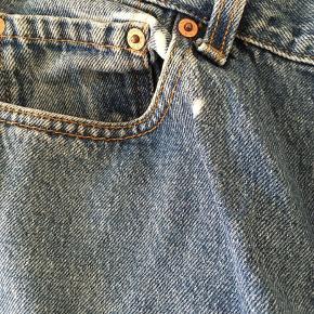 Levi's redone retro jeans købt i London.   Materialet er denim, og føles blødt. Jeansene er lidt højtaljede og har et lille hul (se billede)  Str. Medium/Large? (jeg er selv str. small, og de er for store til mig)  Bukserne måler 59 cm. i længde fra skridtet og 81 cm. i livremmen  Kan afhentes i København K el. sendes ved betaling af porto