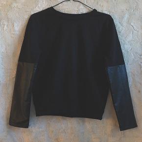 """Fed Trøje/Bluse/Sweater agtig, i str Small. Med """"læder"""" ærmer 🌸 fra VILA"""