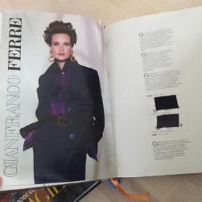 Design sy bøger/ magasin fra 1994 og 1995. Virkelig mega fede 90'er outfits. Fransk mode og trends tilbage i tiden!!! Små lapper stof ved hvert outfit så man kan mærke og se den ægte struktur, kvalitet og vævning.   Søgeord: fashion, french, elégance, trend, haute couture, design, DIY, tøj, Paris, model, top mode, 1994, 1995