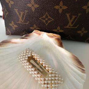 Sælger perle spænde fra Sui Ava - købt i Birger Christensen. Brugt en gang! Byd!