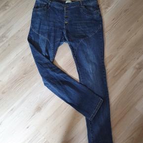Fede jeans fra med 2% elastane. Livvidde 106 cm Længde 80 cm Meget pæn og velholdt.  BYD gerne - kig forbi mine andre annoncer og spar penge på også på portoen 😉