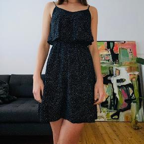 Gammel kjole men super fin!  Mørkeblå med hvide prikker ☺️