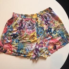 Rigtig flotte shorts. Højtaljet. Brugt men stadig god kvalitet. Ved køb af flere ting kan der fåes rabat. Sender gerne på købers regning. Spørg for flere billeder.