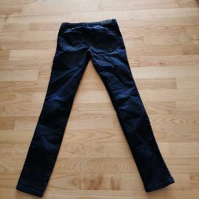 Lækker jeans modellen hedder skinjee-low-j-n aldrig været brugt kun vært vaske 1 gang så de er som nye