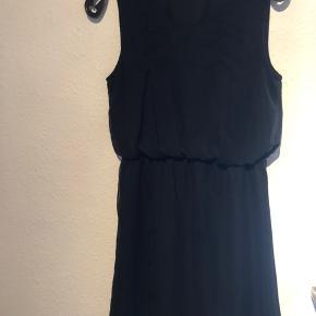 Der er plads til et meget smalt bælte i kjolen. Ingen brugstegn.