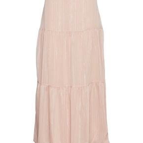Smukkeste maxi-nederdel i den fineste sarte rosa farve, med sølvtråd.  Perfekt med sweater og støvler til hverdag, eller med top og stilletter til fest.  Brugt en enkelt gang.  Fast linning og lynlås i siden.  Nypris 800,-  Jeg bytter ikke.