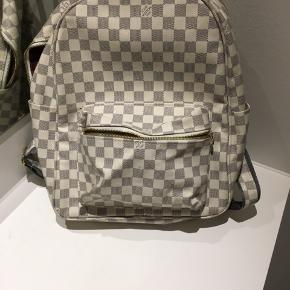 Jeg har denne super fede Louis Vuitton taske.  Jeg tænker jeg gerne vil sælge den. Tasken er ægte, men kommer uden tilbehør. Det er en rigtig lækker taske som kan bruge i mange forskellige sammenhænge!   Bytte kan også komme på tale  Pris 2250  Er villig til at gå ned i pris for hurtig handel  Tager følgende betalingsformer:  Kontanter PayPal Eller almindelig kontooverførsel  Tags: Lv, Louis Vuitton, Prada, Gucci, Fendi, Valentino, Versace, Givenchy, Balenciaga, Burberry, Canada Goose, IPhone, Apple, Dsquared2, Balmain, Stone Island, Moncler, Louis Poulsen, poul Henningsen, PH, Arne Jacobsen