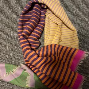 Flotteste tørklæde fra épice Paris. Købt i butik Nille i Århus. Ny pris 1600. Bud fra 500pp