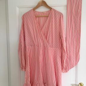 Fin kjole fra Custommade med bindebånd i taljen. Brugt 4 gange. Fremstår uden brugsspor.