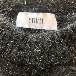 Det er rigtig en small, men vil sige at den fitter en xs til en lille s. Den er lavet af 30% mohair, 30% wool, 35% polyamide og 5% elastane. Er rigtig dejlig varm, men kradser en lille smule:) Tager imod bud