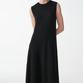 Fin strik kjole i merino uld fra COS — brugt én gang og fremstår derfor som ny.   Egne billeder på vej.
