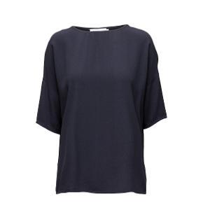 Skøn oversize bluse fra Samsøe Samsøe. Blusen har korte ærmer og en fin rund halsudskæring.  Brugt 5-6 gange. Kvalitet: 100% Viskose