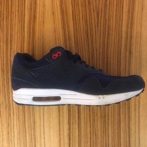 Nike ID Air Max. Paris Saint-Germin logo på hæl og LOW-STUDIOS tekst broderet indvendigt i skoen. Nypris kr. 1300,-