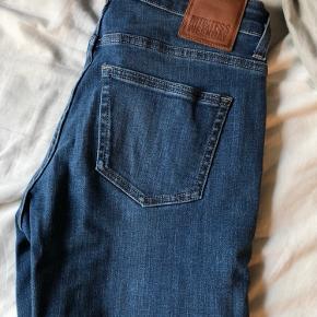 Skinny jeans i størrelse 28/32 fra Weekday. Har aldrig rigtigt fået dem brugt, derfor ingen brugsmærker :) Skriv for mere.