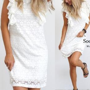 Sælger denne fine kjole med de smukkeste flæser fordi jeg efterhånden har alt for mange 😍 OBS! Har den i både hvid og sort 🌸 Str. S