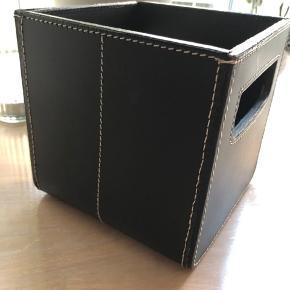 Super lækker opbevaringskasse i kraftig, sort, lækker kvalitetslæder med smukke syninger. Købt i Illums bolighus på Strøget. Jeg er ret sikker på at den hed Ørsted Copenhagen. Den er helt hård og massiv i det. Mega lækker kvalitet.   Mp: 129,- pp  Se også mine andre annoncer ☺️