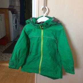Sælger denne softshell sommer jakke fra HM.Den er grøn.Det er str. 92(2 år). Den er blevet brugt af en dreng. Armlængde: 26cm, længde fra skuldre og ned: 41 cm. Den er vasket og imprægnerede. Ingen huller og pletter.