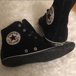"""Converse all star🌸 Sort ruskind med læder """"toe"""" & uld indvendig.  Skoene er brugt én enkel gang i ca 2timer.  Stadig i rigtig god stand, helt som nye. De sælges da jeg ikke får dem brugt & egentlig bare fylder NP: 1200kr.-"""