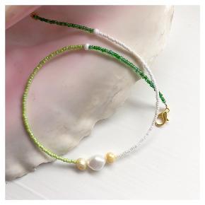 perlehalskæde i grønne og hvide nuancer 🐚 3 ferskvandsperler Lås: forgyldt messing Mål: 41-44 cm 💌💵 prisen er inkl Porto med postnord