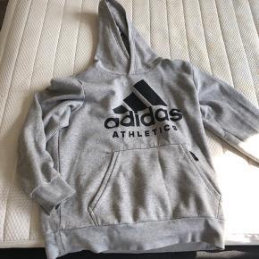 Adidas trøje str L  Brugt nogle gange men fremstår pæn  Kan sendes med dao på købers regning