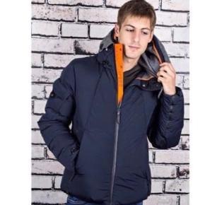 """""""Parajumpers Gentou"""" vinterjakke i Str L sælges.   Jakken er som ny - har været brugt under 5 gange  Jakken er mørkeblå med orange og grå detaljer. Den indeholder en del lommer og har generelt mange flotte detaljer.    Vejer ingenting, men er stadigvæk rigtig god varm - generelt en meget lækker jakke -sælges kun pga at størrelsen ikke er den rigtige.  Original bøjle medfølger og kvitteringen haves også   Denne model er udsolgt de fleste steder.    Skriv for flere billeder eller interesse"""