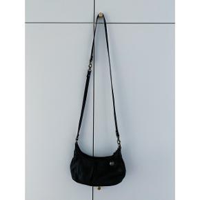 Rigtig god Adax taske med justerbare stropper. Så den passer både til hverdag og fest. 25cm i bredden og 10-15cm i højden. Stropperne er hhv 32cm og 77cm lange. (Målt sammen med selve tasken)