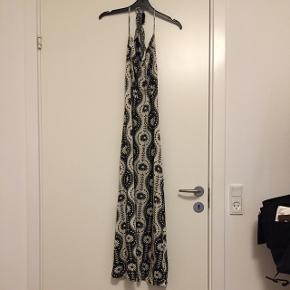 Meget velsiddende halterneck-kjole med fine detaljer i str XS. Vil mene, at den også passer en lille S. Kommer fra røgfrit og dyrefrit hjem🌼  Afhentning i Valby eller Herlev. Sender også med DAO.