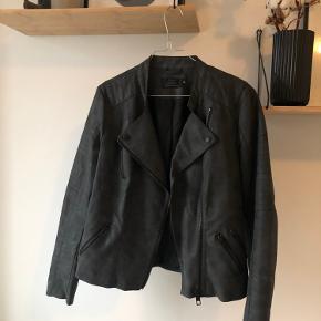 Næsten ubrugt jakke fra Only.  Sælges da jeg ikke får den brugt.  Kan afhentes i Aarhus C eller sendes. Køber betaler fragt 🌸