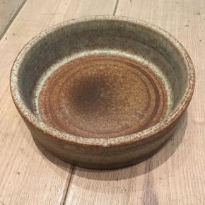 Stentøj - skål i retrostil. Der er et meget lille hak i kanten ellers er standen tip top. Diameter: 18 cm