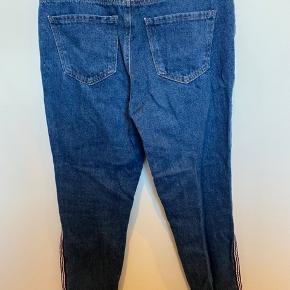 Jeans med striber i siden - W:28/38. Skriv privat for flere billeder og detaljer. Prisen kan forhandles. 3 for 2 på hele min profil.