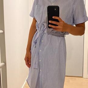 Sælger denne stribede kjole fra H&Ms mærke L.O.G.G.  Fitter XS-M. Fejler ingenting, trænger dog til at blive strøget 🌟