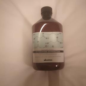 Davines NaturalTech Detoxifying Superactive 500 ml -En plejekur til en øm,trist,kløene hovedbund ;) Normal nypris 515kr Davines NaturalTech Detoxifying Superactive er en serum til hovedbunden, der giver huden nyt liv og har en beskyttende virkning på hovedbunden. Dette serum indeholder Gluconodelta-lactone der giver huden nyt liv, samt Arginine, som er en aminosyre, der giver en beskyttende effekt på hovedbunden. Derudovder indeholder serummet også essentielle olier såsom: kardamomme, koriander og mint.  Fordele:  Serum til hovedbunden Beskyttende virkning Indeholder gluconodelta-lactone der giver huden nyt liv Indeholder arginine, som er en aminosyre, der giver en beskyttende effekt på hovedbunden Essentielle olier såsom: kardamomme, koriander og mint Anvendelse:  Påfør på tør hovedbund Skyl grundigt efter 15 min Fortsæt med en passende shampoo