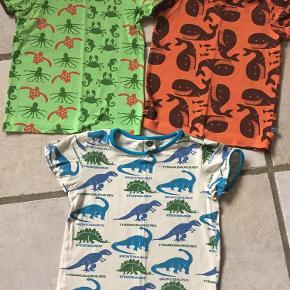 Varetype: T-shirts Størrelse: 5-6år Farve: Se billede Prisen angivet er inklusiv forsendelse.  De to øverste er som nye. Den nederste brugt mere. Ingen røg + dyr.