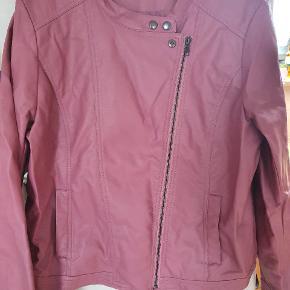 Super smart jakke i fake skind (ikke ægte skind) brystvidden er 2x 58 cm når jakken er lukket.