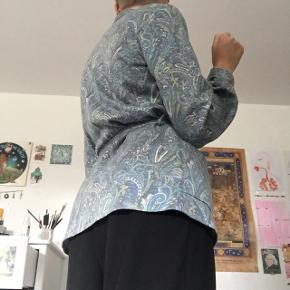 Genbrugsblazer/trøje, i mega cool mønster:)