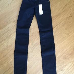 Sprit nye med prismærke jeans i mørkeblå farve str 25/32  Fra røgfrit og dyrefrit hjem Svendborg men sender også gerne