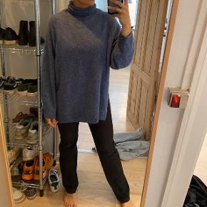 Lang blå sweater fra H&M.  Byd😁