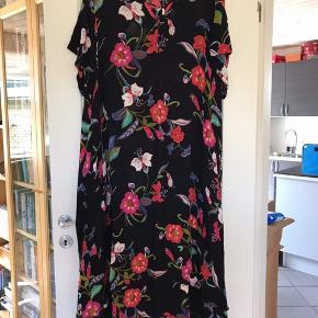 Gozzip kjole  Str. M Kun brugt 4-5 gange, og fremstår som ny.   Kig gerne hvad jeg ellers har til salg, jeg giver god mængderabat. Hvis ikke du finder noget, så vil jeg ønske dig en god dag og tak fordi du kiggede forbi min shop☀️