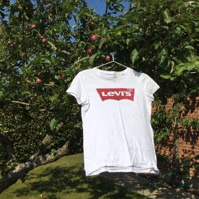Den almindelige levis t-shirt med rød logo på maven i str. xs. Aldrig brugt og fremstår som ny.