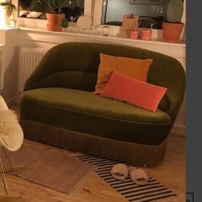 Jeg sælger min elskede veloursofa, da jeg bliver nødt til at sælge ud af mine møbler. Den er af ældre dato, men er i fin stand og fejler ikke noget. Smukke ben med bittesmå hjul på (disse er mere pæne end de er funktionelle😉) Afhentes i Kolding