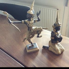 2 bronze buddha'er Højden er henholdsvis 20 og 25 cm 250 kr pr. stk