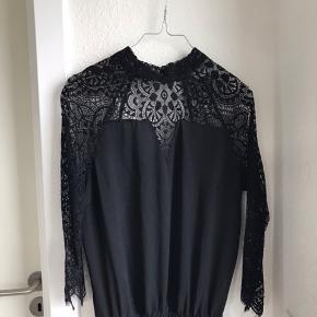 Neo Noir kjole med blonder sælges, da den bare hænger i skabet. Det er en størrelse xsmall, men kan også passes af en lille small. Nypris er 599 kr.  Den er vasket en enkelt gang, og fremstår derfor i fin stand.   Kan sendes på købers regning🌸