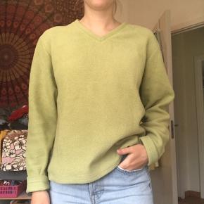 Fin retro grøn fleece sweater / fleecetrøje fra ukendt mærke - købt herinde. Fitter xs-S Brugt, men stadig i god stand. Er kun interesseret i at sælge ved rette bud, men Byd endelig!😁