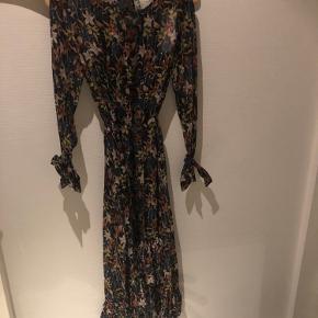 Super Flot kjole aldrig brugt. Med sort underkjole. Asymmetrisk.  Passer også en str. 36 synes jeg