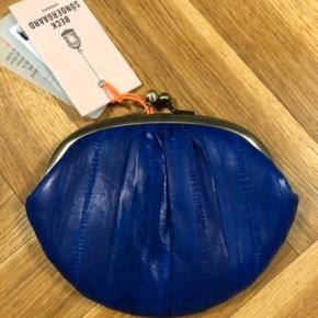 Køber betaler fragt  👛👛👛 sat til salg andet sted 👛👛👛  Den lille model  Mørkeblå åleskindspung, aldrig brugt